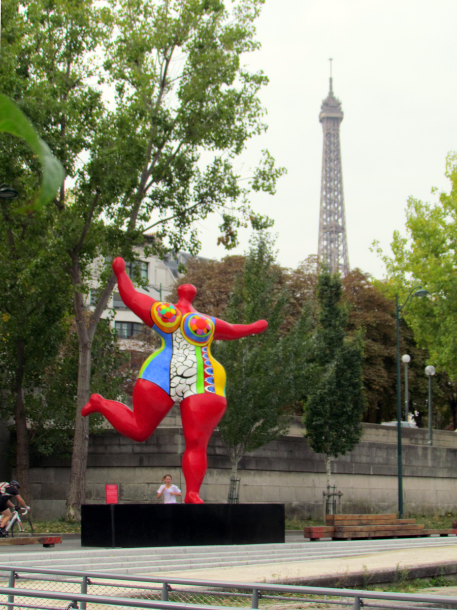 de Saint-Phalle sculpture photobombed by Eiffel tower - Photo by Eric F. Frazier